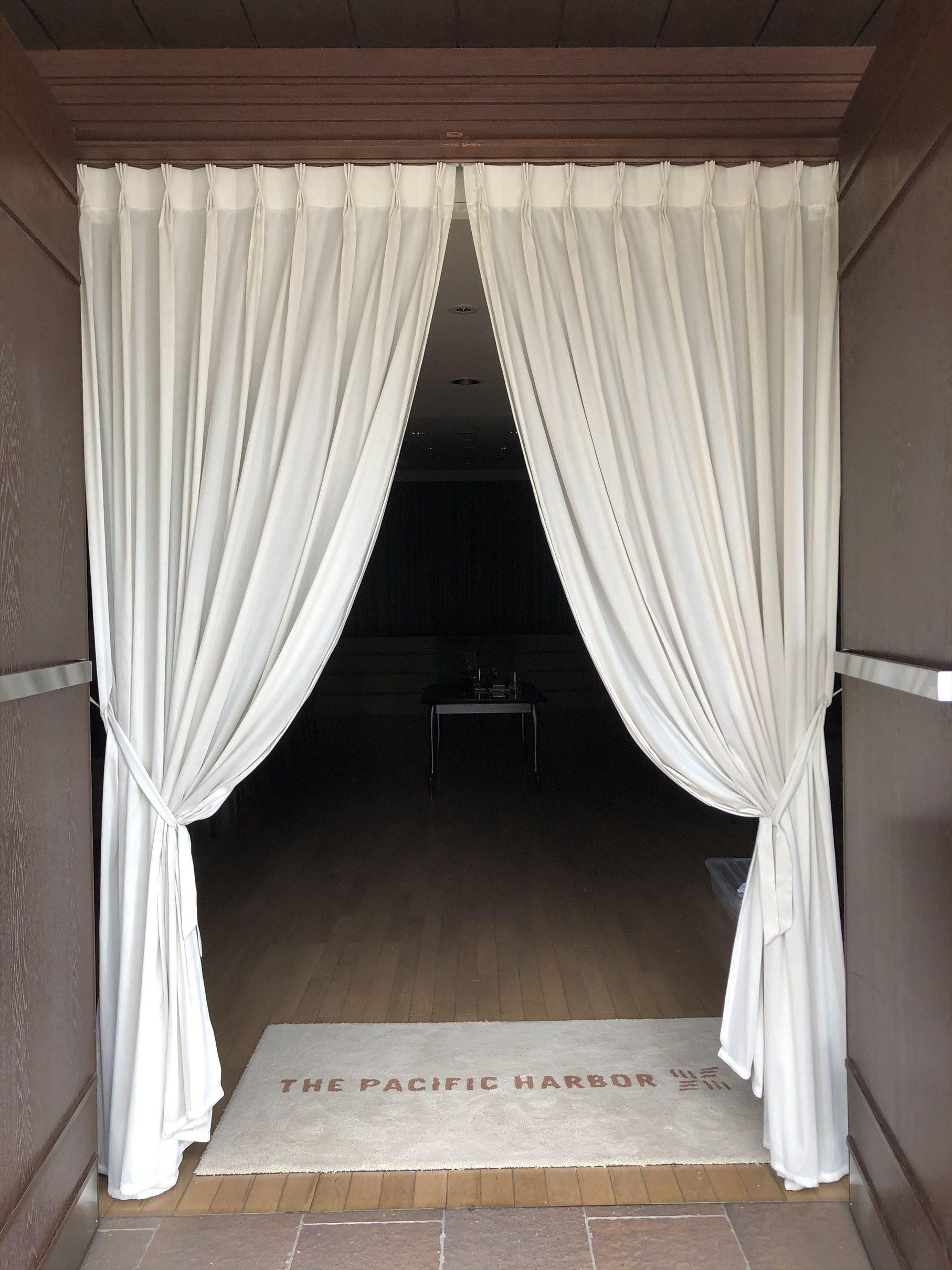 結婚式場のレースカーテン